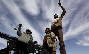 Des rebelles anti-Kadhafi sur un véhicule, dans l'est de la Libye, le 12 mars 2011.