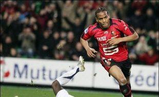 L'attaquant de Rennes Jimmy Briand, international Espoir, et le défenseur d'Auxerre et ancien Espoir Bakary Sagna sont les deux surprises du sélectionneur national Raymond Domenech qui, une nouvelle fois, n'a pas retenu les joueurs de la Juventus dont David Trezeguet.