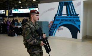 Un soldat français patrouille dans l'aéroport Charles-de-Gaulle à Roissy, dans le Val d'Oise, le 14 novembre 2015