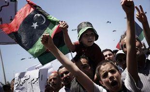 Des milliers de Libyens célèbrent le mandat d'arrêt international de la Cour pénale internationale contre Mouammar Kadhafi, le 27 juin 2011 à Misrata, en Libye.