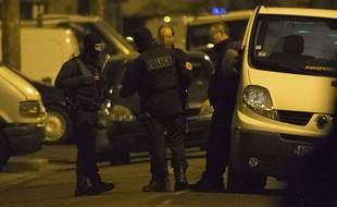 Illustration. Policiers et spécialistes du déminage  à Argenteuil le 24 mars 2016.