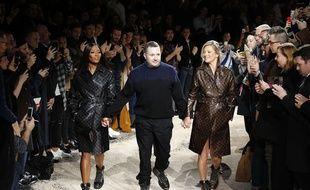 Le créateur Kim Jones entouré de Naomi Campbell et Kate Moss au défilé  Louis Vuitton, à Paris le 18 janvier 2018.