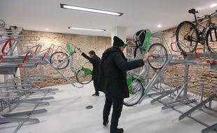 Stationnement des vélos, vélos à assistance électriques... Nouveau coup de pédale de l'Eurométropole de Strasbourg(Illustration: nouveaux équipements pour garer les vélos sur deux niveaux dans le parking Austerlitz)