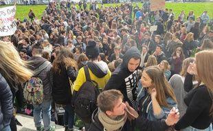Les lycéens déjà rassemblés quai Turenne à Nantes