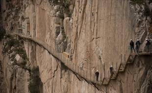 Trois randonneurs traversent le Caminito del Rey.