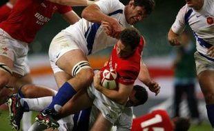 La France a infligé une rouste (34-7) au Pays de Galles dimanche 26 août 2007. Ici Mark Jones taclé par Fabien Pelous.