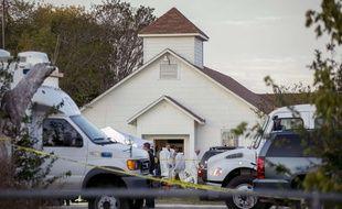 Des policiers devant l'église de Sutherland Springs, au Texas, où un homme armé d'un fusil d'assaut a tué 26 personnes, le 5 novembre 2017.