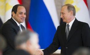 Le président égypten Abdel Fattah al-Sissi (g) et son homologue russe Vladimir Poutine, à Moscou le 26 août 2015