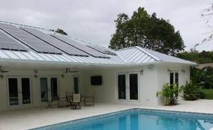 """Une maison équipée de panneaux solaires à Pinecrest, dans l'état américain de Florida, le 20 février 2015. Son propriétaire, Mark Heise, a dépensé 40.000 dollars (28.000 euros) pour ces installations. """"Ça a valu la peine"""", assure-t-il"""