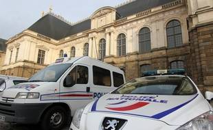 Des véhicules de police stationnés devant le Parlement de Bretagne, où se trouve la cour d'appel de Rennes.