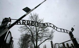 Cinquante anciens gardiens du camp de concentration d'Auschwitz-Birkenau, qui n'avaient jusqu'ici pas été inquiétés, sont dans le collimateur d'enquêteurs allemands, ont rapporté samedi des journaux régionaux du groupe allemand WAZ.