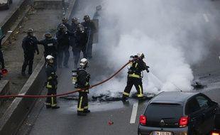 Paris, Porte Maillot, le 26 janvier 2016. Les pompiers interviennent pour éteindre un incendie de pneus allumé par des chauffeurs de taxi en colère.