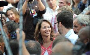 L'ex-candidate à la présidentielle Ségolène Royal discute avec des militants, le 19 setembre 2009 à Montpellier, à son arrivée à la deuxième édition de la Fête de la fraternité.