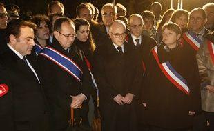 Bernard Cazeneuve entouré du président du Consistoire central israélite de France Joël Mergui et de la maire de Bagneux Marie-Hélène Amiable rend hommage à Ilan Halimi, le 13 février 2016.