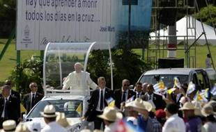 Le pape François arrive pour célébrer une messe en plein air devant plusieurs dizaines de milliers de cubains à Holguin, le 21 septembre 2015
