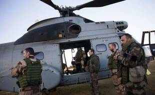 """L'aviation française a visé un """"centre de commandement"""" d'Al-Qaïda au Maghreb islamique (Aqmi) à Tombouctou, ville du nord-ouest de Mali, pays vers lequel les Etats-Unis ont annoncé mardi avoir commencé à transporter troupes et équipements français."""