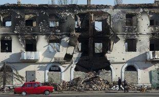 Un immeuble éventré de la ville de Vouhlehirsk dans l'Est séparatiste prorusse de l'Ukraine, le 9 mars 2015