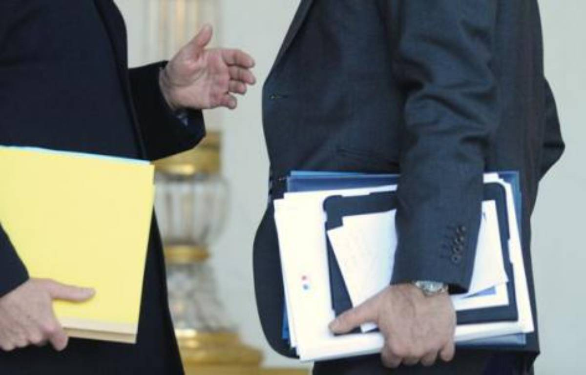Des ministres tenant leurs dossiers. – WITT/SIPA