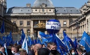 Les policiers étaient appelés à manifester à l'appel de plusieurs de leurs syndicats ce mardi, comme ici à Paris devant la cour d'appel, pour protester contre le verdict de la cour d'appel des mineurs dans le procès des violences de Viry-Châtillon.