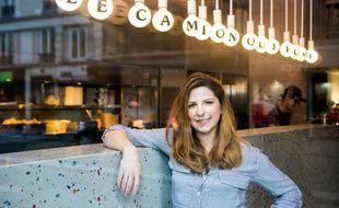 """L'Américaine Kristin Frederick, fondatrice du food truck """"Le Camion qui fume"""", pose dans son restaurant en dur à Paris, le 12 mars 2016"""