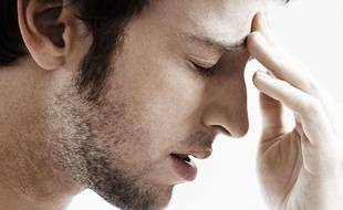 Illustration d'un homme souffrant d'une migraine.
