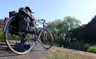 Un vélo posé le long du canal, dans la vallée de la Vilaine.