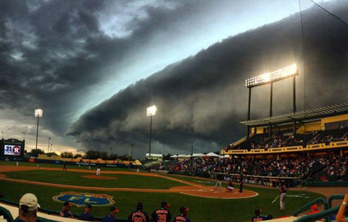 Un nuage au-dessus du stade de baseball des Houston Astros, le 25 mars 2016. – Kevin McCalpin