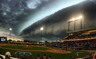 Un nuage au-dessus du stade de baseball des Houston Astros, le 25 mars 2016.