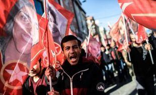 Des manifestants dans les rues d'Istanbul lors des funérailles d'Aziz Guler le 22 novembre 2015