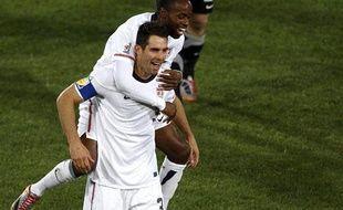 Les joueurs de l'équipe des Etats-Unis, Carlos Bocanegra et DaMarcus Beasley, célèbrent leur victoire face à l'Algérie, le 23 mars 2010.