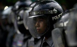 Des policiers font face à une manifestation d'étudiants, le 7 juillet 2015 à Rangoun, en Birmanie