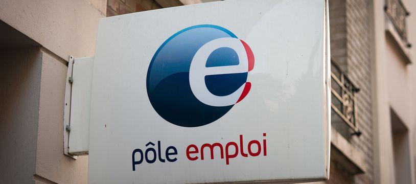 Le 23 juillet 2018, à Paris (20e). L'enseigne de l'agence Pôle emploi Paris 20e Piat, au  51, rue Piat.