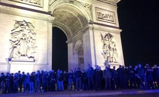 Des policiers manifestent devant l'Arc de Triomphe, le 13 juin 2020.