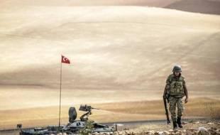 Un soldat turc patrouille près de la frontière syrienne, à proximité de la ville de Suruc en Turquie, le 30 septembre 2014