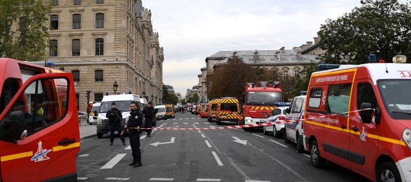 Véhicules de pompiers et police stationnés à proximité des locaux de la préfecture de police à Paris, le 3 octobre 2019.