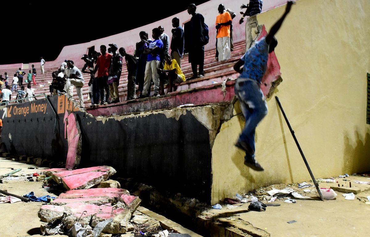 Un mur s'est affaissé dans le stade Demba Diop de Dakar, le 15 juillet 2017. – SEYLLOU / AFP