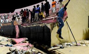 Un mur s'est affaissé dans le stade Demba Diop de Dakar, le 15 juillet 2017.
