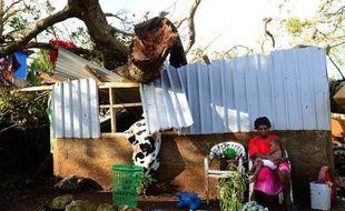 Une femme et son enfant devant leur maison endommagée durant le passage du cyclone Pam à Port-Vila, le 17 mars 2015