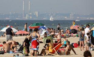 Premier week-end des vacances d'été sur la plage de Deauville.