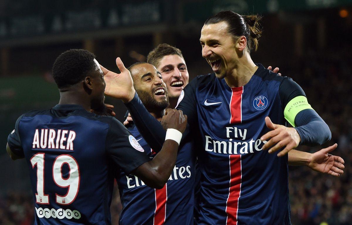 Zlatan Ibrahimovic et Serge Aurier, le 31 janvier 2016 à Saint-Etienne. – AFP PHOTO / PHILIPPE DESMAZES
