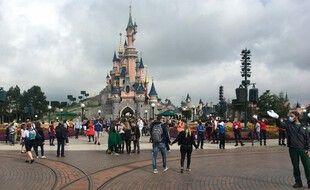 Des visiteurs et des salariés de Disneyland Paris, dans Main Street, à Marne-la-Vallée, le 15 juillet 2020.