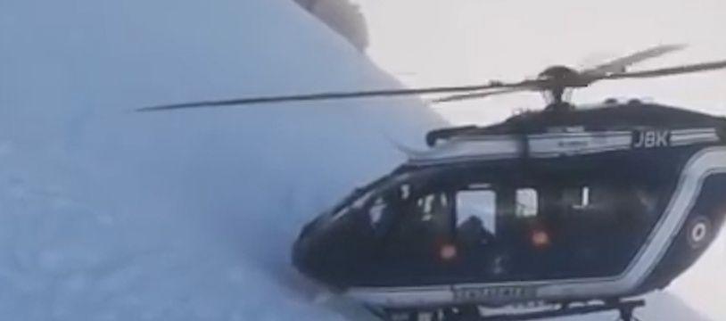 Le 2 janvier, des gendarmes ont effectué un impressionnant sauvetage en hélicoptère à Chamonix.