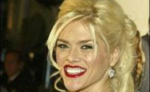 La vie de la starlette Anna Nicole Smith, décédée en février à l'âge de 39 ans après avoir brûlé la chandelle par les deux bouts, va faire l'objet d'une adaptation au cinéma, a rapporté mercredi la presse spécialisée de Hollywood.