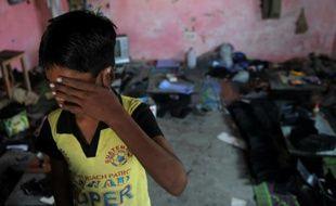 Photo d'un enfant indien réduit en esclavage pendant une opération de l'ONG Bachpan Bachao Andolan (Save the Childhood Movement) pour secourir des enfants esclaves à New Delhi le 10 novembre 2009