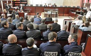 La salle attend l'ouverture du procès des émeutiers de Villiers-le-Bel, à la cour d'assises du Val-d'Oise, le 21 juin 2010.