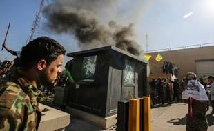 Des Irakiens attaquent l'ambassade des Etats-Unis à Baghdad, le 31 décembre 2019.