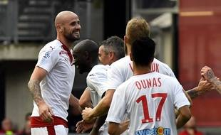Nicolas Pallois félicité par ses partenaires après le but de l'égalisation girondine à Rennes.