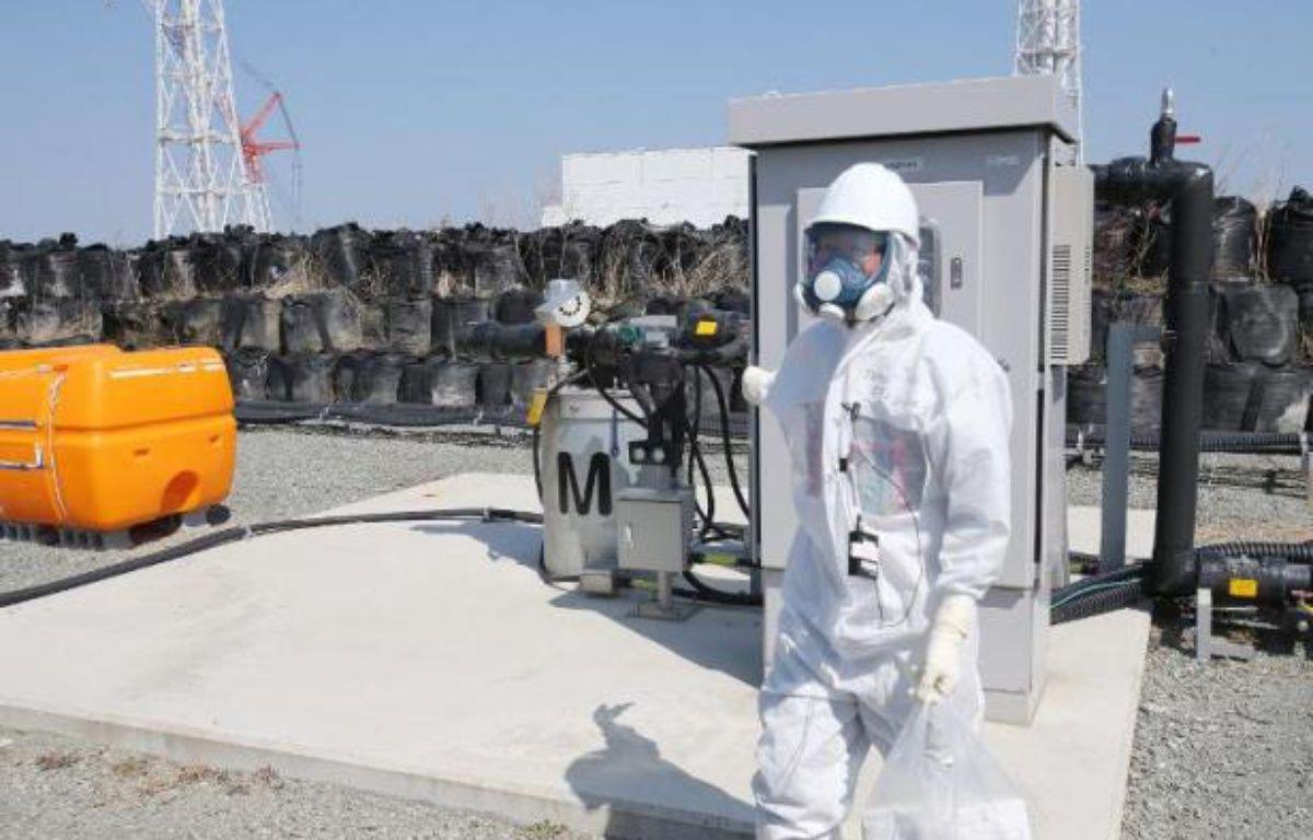 Un employé de Tepco sur le site de la centrale nucléaire de Fukushima, en avril 2014 – . Jiji Press