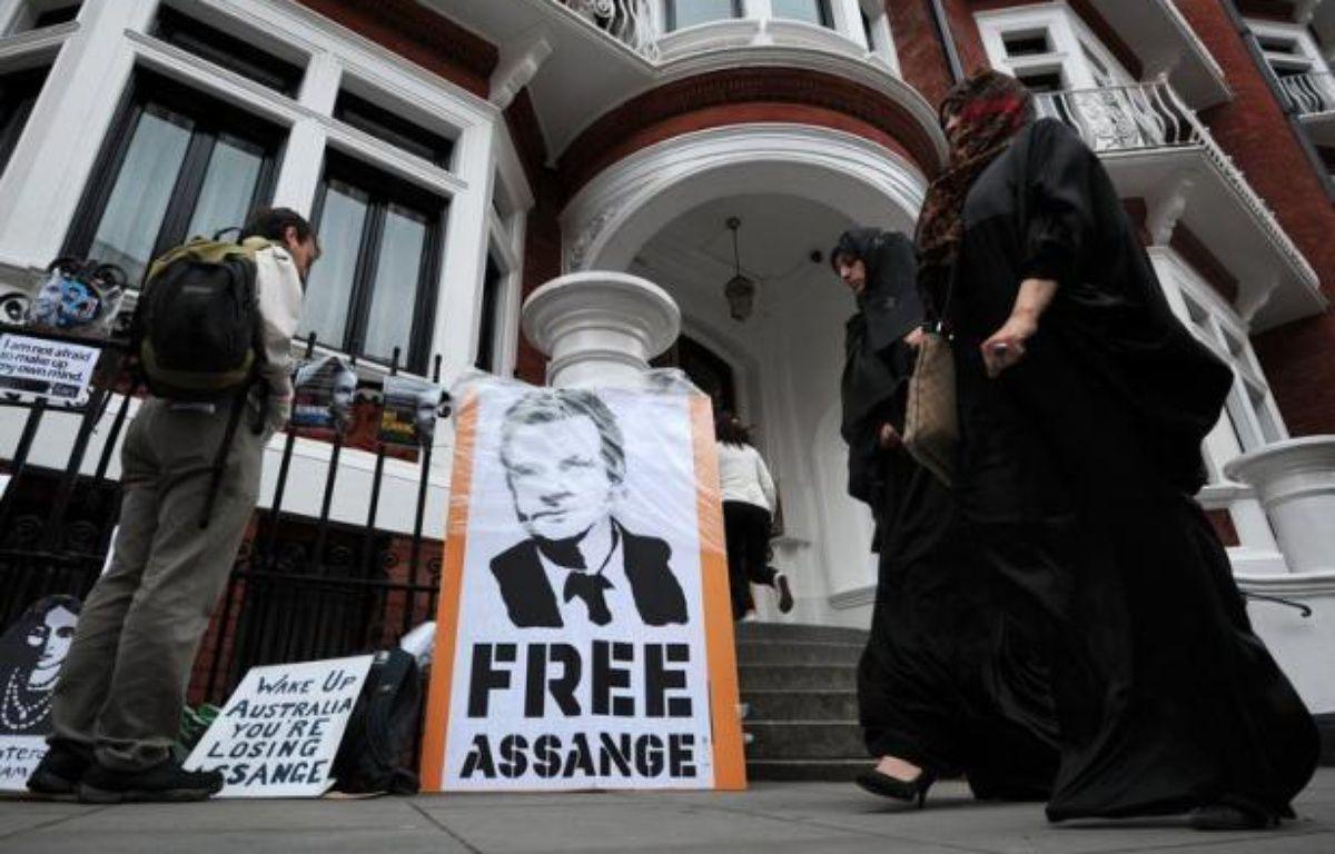 Julian Assange a trouvé refuge le 19 juin à l'ambassade d'Equateur à Londres et son éventuelle exfiltration, dans le cas où Quito déciderait de lui accorder l'asile politique, a des allures de vrai casse-tête selon les experts. – Carl Court afp.com