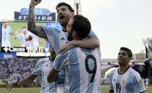 Lionel Messi dans les bras de Gonzalo Higuain.